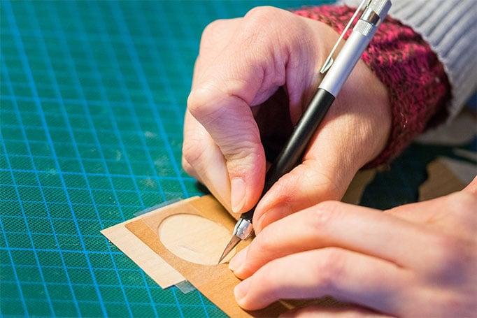 Arbeitsprozess Intarsienhandwerk: Ausschneiden der nötigen Formen