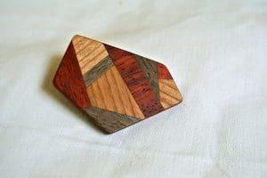 Brosche aus Holz mit geometrischen Intarsien