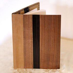"""Der edle Einband """"BlueStar"""" von fk crafts für A5-Formate besteht aus europäischem Nussbaumfurnier, Makassar-Ebenholz und einem veganen Innenleder"""