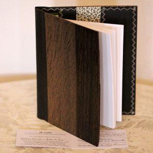 """Der edle Einband """"Mooreiche"""" von fk crafts für A5-Formate besteht aus hellgrauer und dunkelgrauer Mooreiche sowie Räuchereiche und einem veganen Innenleder"""