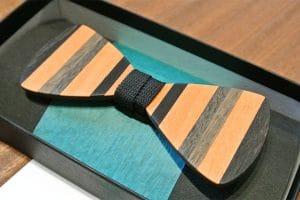 Fliege aus hellem Holz mit dunklem Streifenmuster
