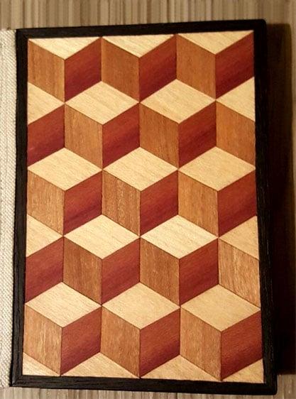 Bild aus hellem Holz, verziert mit 3D-Würfeln