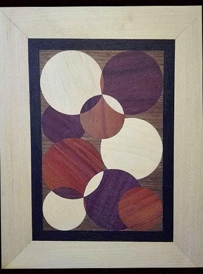 Bild aus Holz, mit überlappenden Kreisen verziert