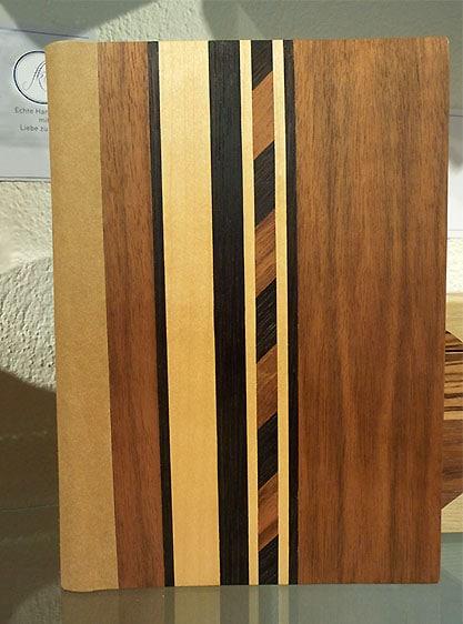 Holzbild mit verschiedenen Streifenmustern als Intarsien