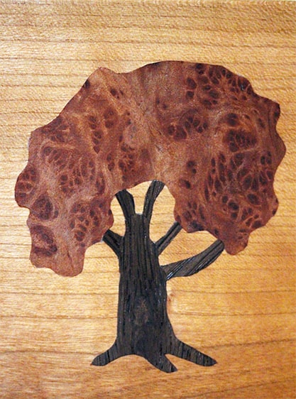Holzbild aus hellem Holz mit einem Baum-Motiv