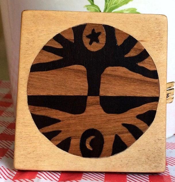 quadratisches Holzbild mit Intarsien
