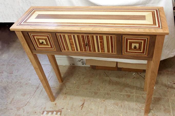 Kleine Holzkommode, verziert mit Intarsien