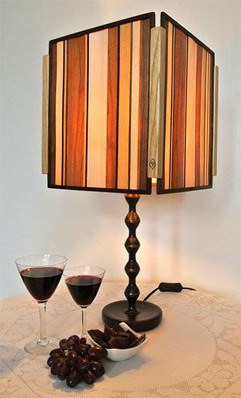 Lampe aus Holz, durch Intarsien schimmert das Licht