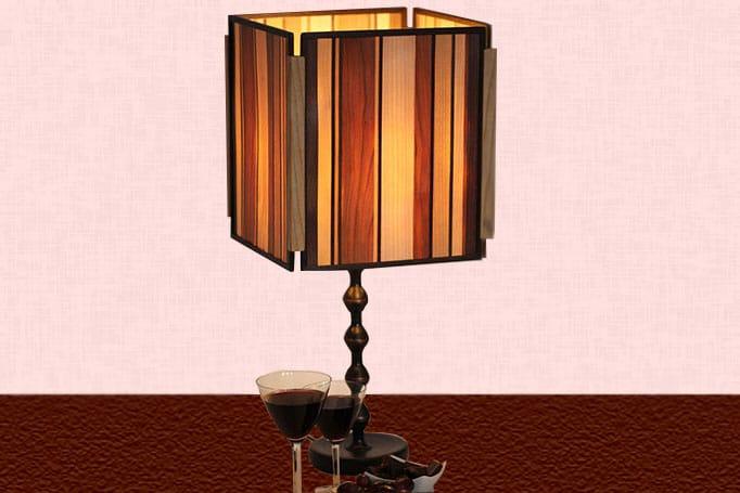Lampe aus Intarsien, durch die warmes Licht scheint