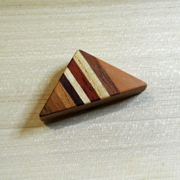 Die Magnet Brosche Dreieck besteht aus europäischem Nussbaum, Amaranth, Esche, Birnbaum, Ahorn, Padouk und Kirschbaum.