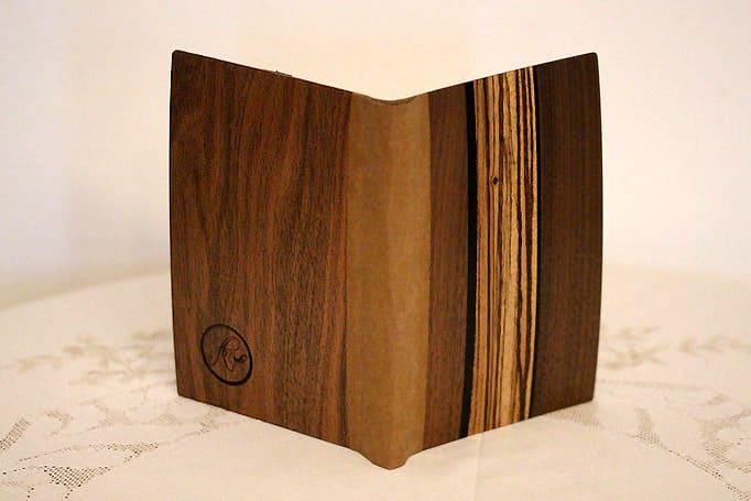 Bucheinband mit Einlegearbeiten aus dunklem Holz