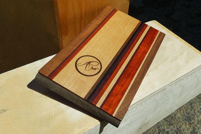 Aktentasche mit Streifenmuster aus Holz