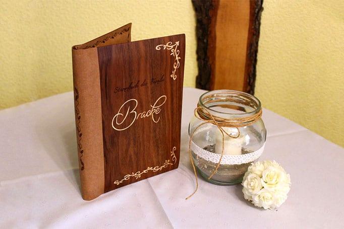 Buchumschlag aus Holz und Leder mit Gravur aus Intarsien