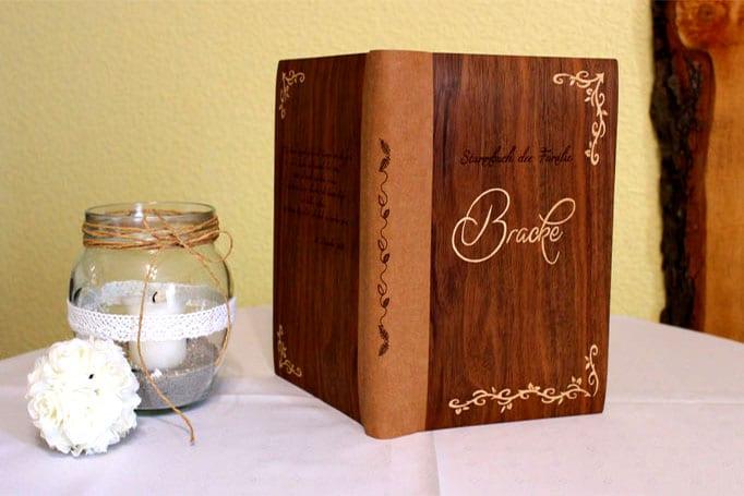 Buchumschlag mit floralen Intarsien und Schriftzug