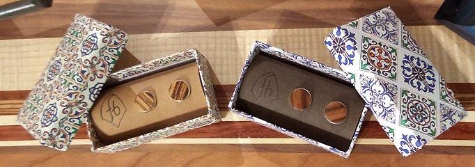 2 Paar Ohrstecker mit Intarsien in Schachtel