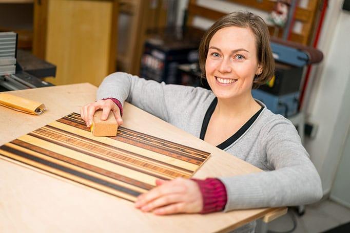 Intarsienschneiderin Fanny Bracke bei der Pflege Ihrer Produkte