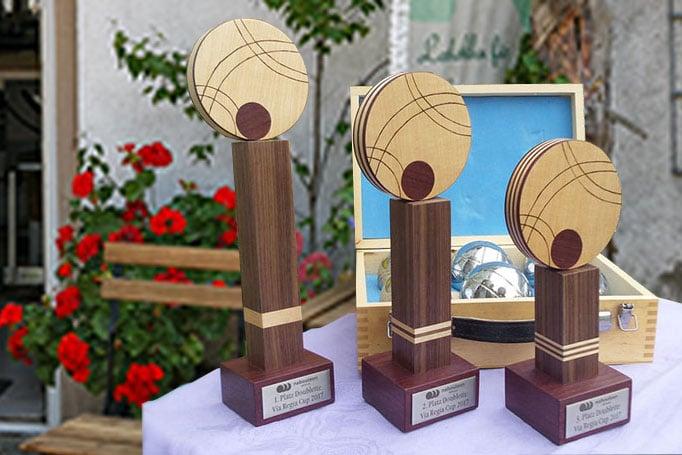 von Hand gefertigte Pokale aus Holz
