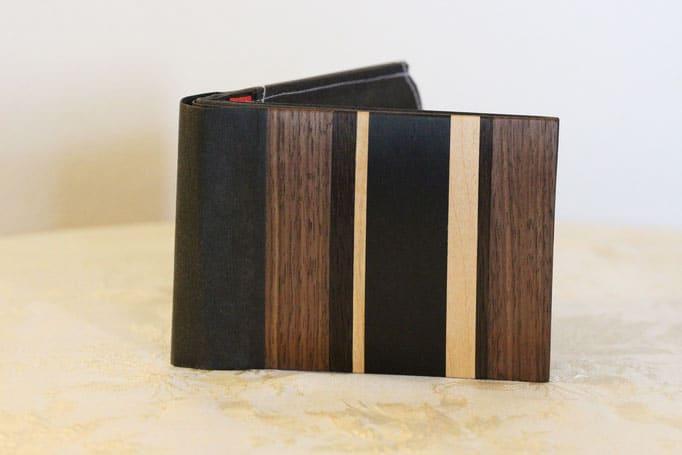 Portemonnaie mit Streifenmuster aus Holz und Leder