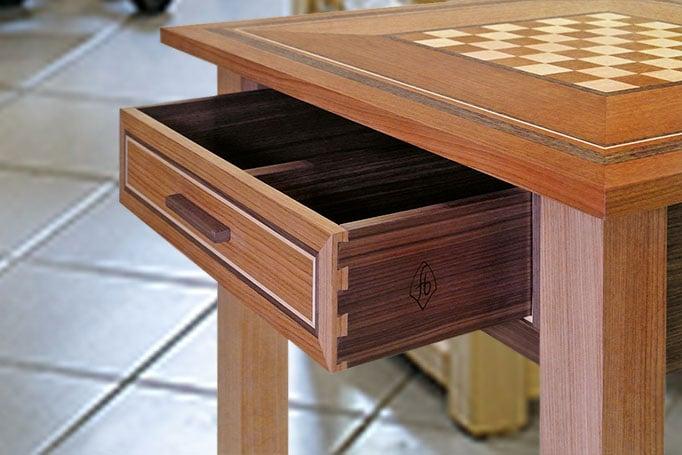 Schachtisch aus Holz mit Intarsien