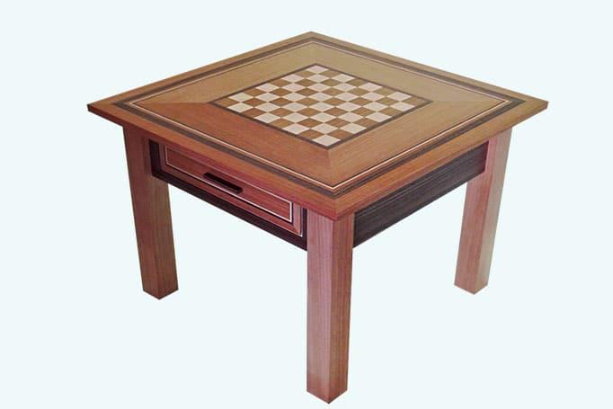 quadratischer Couchtisch aus Holz mit Schachmuster