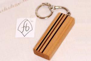 rechteckiger Schlüsselanhänger mit schmalen Streifen