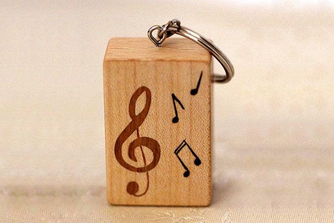 würfelförmiger Schlüsselanhänger mit Noten und Notenschlüssel