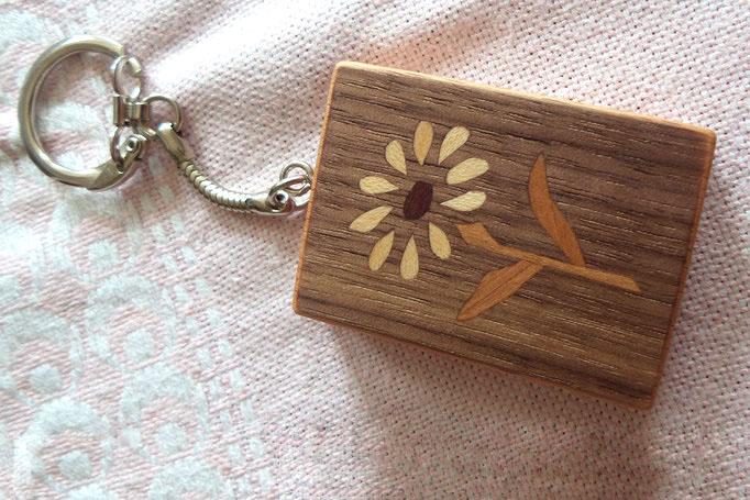 rechteckiger Schlüsselanhänger mit zartem Blumenmotiv