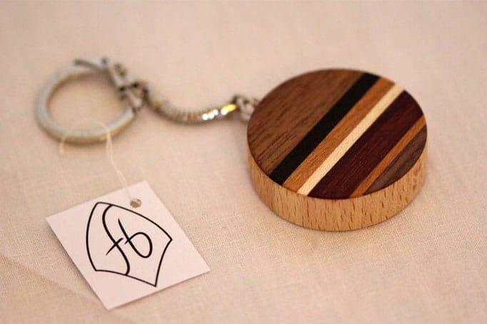 runder Schlüsselanhänger mit streifenförmigen Einlegearbeiten