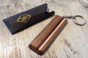 Schluesselanhaenger aus Holz mit Streifen und Verpackung