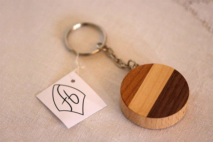 runder Schlüsselanhänger mit mehrfarbigen Streifen