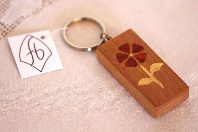 Schlüsselanhänger aus Holz mit Blumenmotiv