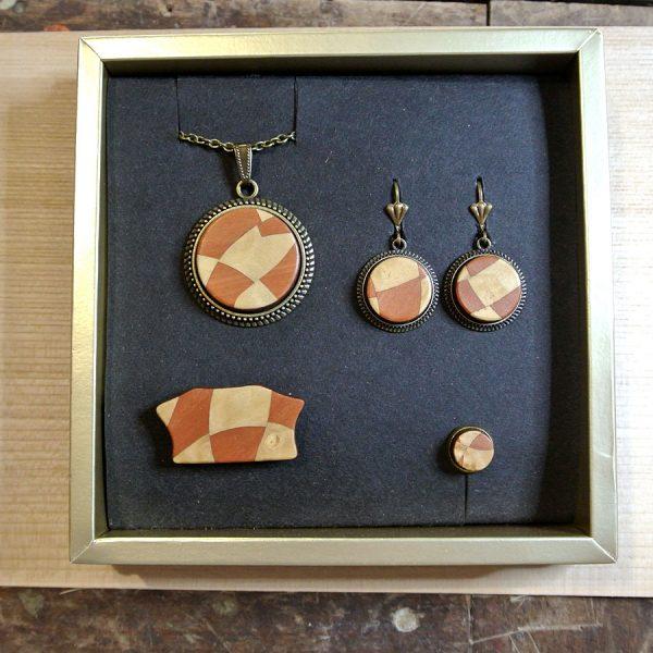 Dieses Schmuckset mit Kette, Brosche, Ring und Ohrringen besteht aus Birnbaum und Myrte Maser