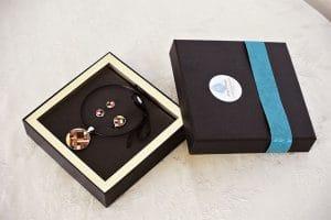 Schmuckset mit Ohrsteckern, Ring und Kette aus Intarsien