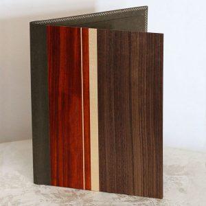 """Die Schreibmappe """"Valerie"""" von fk crafts im A4-Format besteht aus Ahorn, amerikanischem Nussbaum und Padouk sowie einem veganen Innenleder"""
