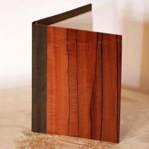"""Die Schreibmappe """"Tineo"""" von fk crafts im A5-Format besteht aus herausstechendem Tineo-Funier und einem veganen Innenleder"""