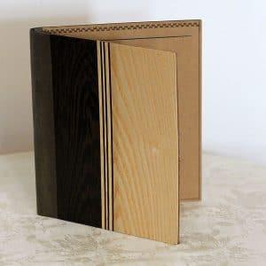 """Die Schreibmappe """"Wenge"""" von fk crafts im A5-Format besteht aus den Funieren Wenge und Esche sowie einem veganen Innenleder."""
