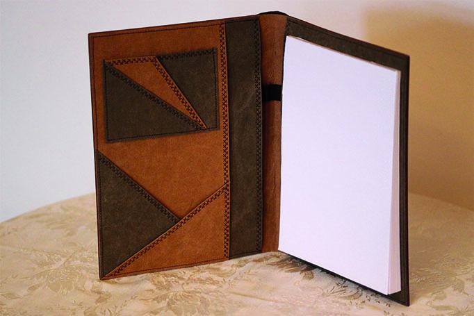 Das Innere einer Schreibmappe mit Papierblock