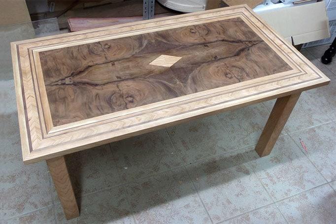 handgefertigter Holztisch mit Einlegearbeiten