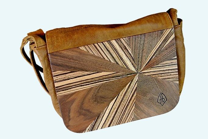 Umhaengetasche mit Intarsien aus Holz