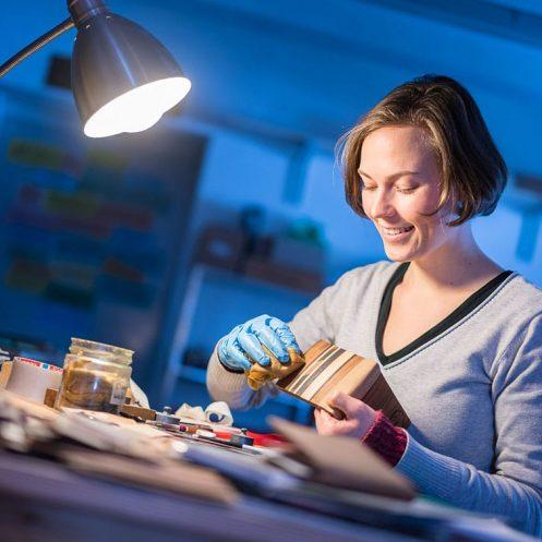Intarsienschneiderin Fanny Bracke bei der Arbeit