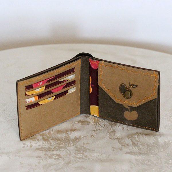 """Das große Portemonnaie """"Apfeltraum"""" besteht aus europäischem Nussbaum, Räuchereiche, Ahorn, Amaranth und Apfelbaum sowie einem veganen Innenleder"""