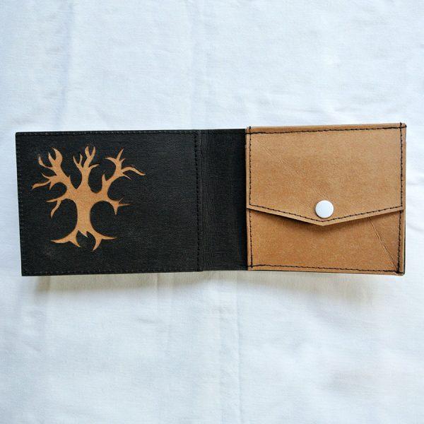 """Das große Portemonnaie """"Baum"""" besteht aus Kirschbaumfunier, Räuchereiche und Vavona-Maser sowie einem veganen Innenleder"""