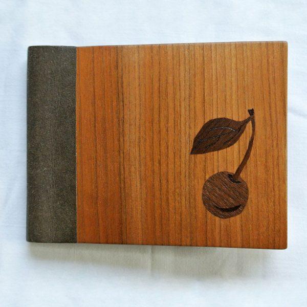 """Das große Portemonnaie """"Kirsche"""" besteht aus europäischem Nussbaum, Kirschbaum und einem veganen Innenleder"""