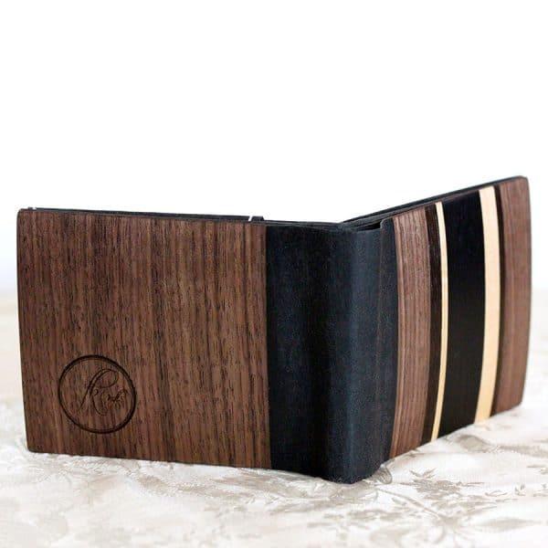 """Das große Portemonnaie """"Nusstraum"""" besteht aus amerikanischem Nussbaum, Räuchereiche, Ahorn, schwarzgefärbtem Whitewood und einem veganen Innenleder."""