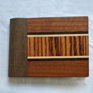 """Das große Portemonnaie """"Zebranoband"""" besteht aus europäischer Nussbaum, Räuchereiche, Weißbuche, Zebrano und einem veganen Innenleder"""