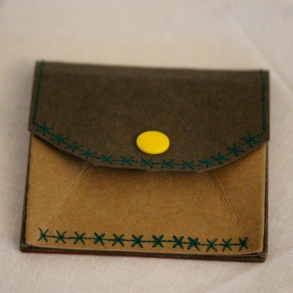 Das kleine Portemonnaie besteht aus europäischem Nussbaum, Framiré und Padouk sowie einem veganen Innenleder